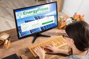 Une femme regarde les cours de l'énergie sur son ordinateur